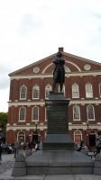 Faneuil Hall met het standbeeld van Samuel Adams
